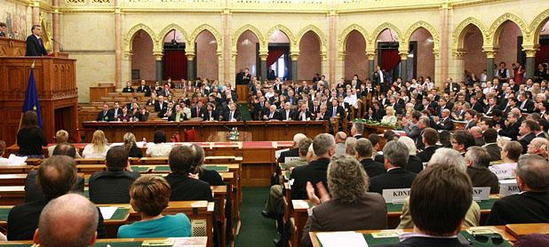 A Fidesz és a KDNP képviselői a parlament felsőházi termében alakították meg frakcióikat
