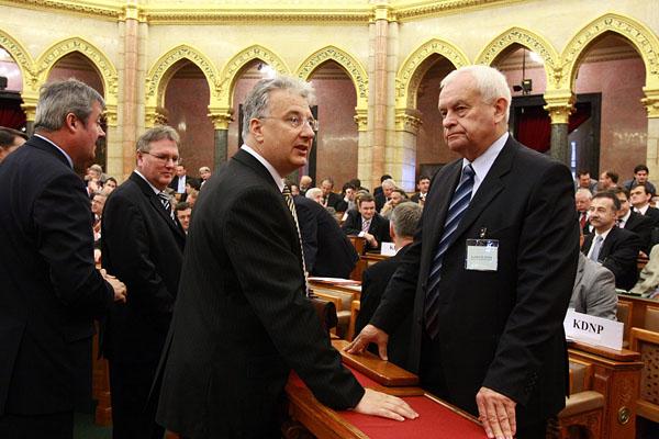 Semjén Zsolt, a KDNP elnöke beszélget Harrach Péterrel, a KDNP frakcióvezetőjével