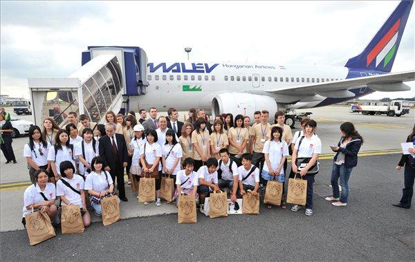 Lázár János Hódmezővásárhely polgármestere és Ito Tecuo, Japán nagykövete köszöntötte a fiatalokat a Liszt Ferenc Nemzetközi Repülőtéren.Fotó MTI: Máthé Zoltán