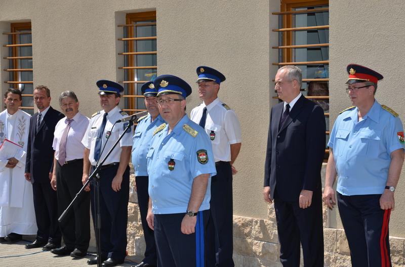 Hatala József országos rendőrfőkapitány a devecseri rendőrség épületének átadó ünnepségén. Fotó: BM OKF