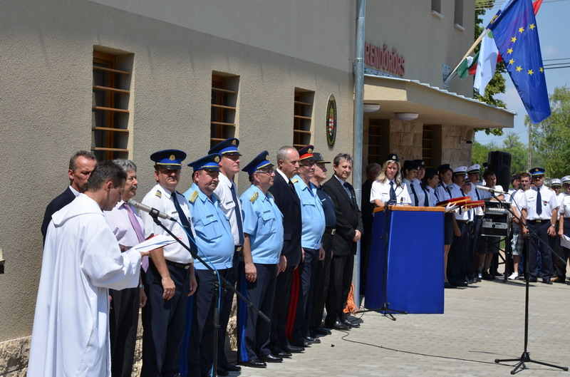 Devecser az új rendőrségi épület ünnepélyes felavatása és megszentelése, 2011.július 8-a. Fotó: BM OKF