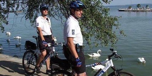 A Készenléti Rendőrség munkatársai is a Balatonnál teljesítenek szolgálatot nyár végéig.