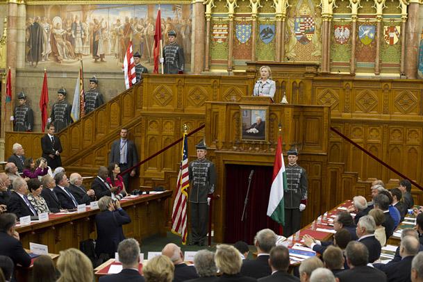 Hillary Clinton, külügyminiszter a magyar állami ünnep alkalmából kiadott közleményében azt írta: az amerikaiak és a magyarok kapcsolatának története a kölcsönös tiszteleten és közös értékeken alapul.