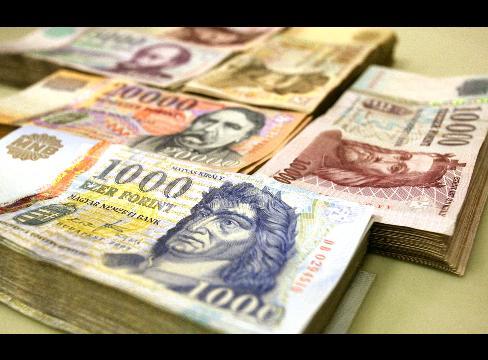 A svájci frankot 180, az eurót pedig 250 forinton fagyasztják be a pénzintézetek 2014. december 31-ig