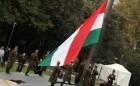 A Parlament előtt ünnepélyes zászlófelvonással kezdődött a megemlékezés