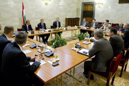 A Német Üzleti Fórum keretében találkozott a Magyarországon működő legnagyobb német vállalatok képviselőivel Orbán Viktor miniszterelnök, Matolcsy György nemzetgazdasági miniszter és Lázár János, a Miniszterelnökséget vezető államtitkár
