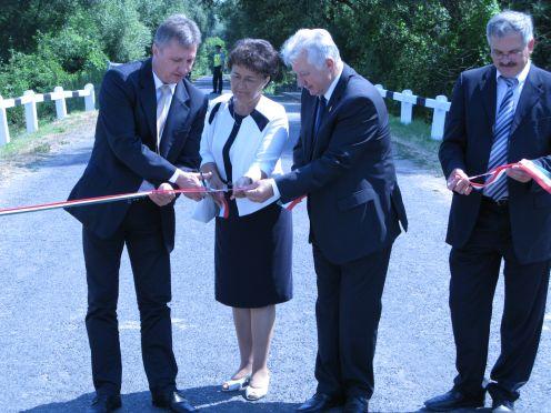 A körtöltést ünnepélyes keretek között Jakab István az országgyűlés alelnöke, dr. Vinnai Győző, kormánymegbízott és Simon Miklós országgyűlési képviselő adták át.