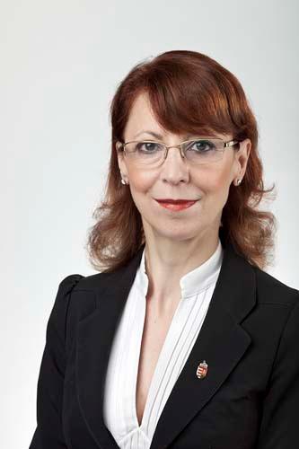 Dr. Szabó Erika államtitkár