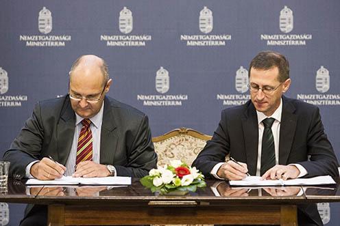 Varga Mihály nemzetgazdasági miniszter és Jörg Spiegel, az Infineon Technologies AG alelnöke
