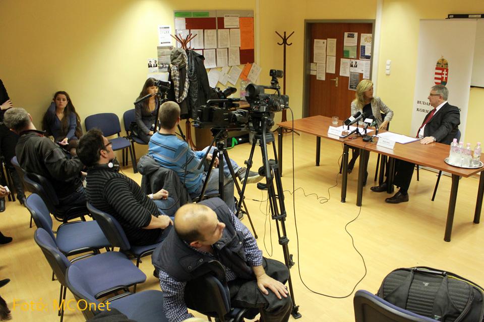 """Selmeczi Gabriella, a Fidesz szóvivője és Pesti Imre, Budapest főváros kormánymegbízottja mutatta be sajtótájékoztató keretén belül a  """"Nők 40"""" programot."""