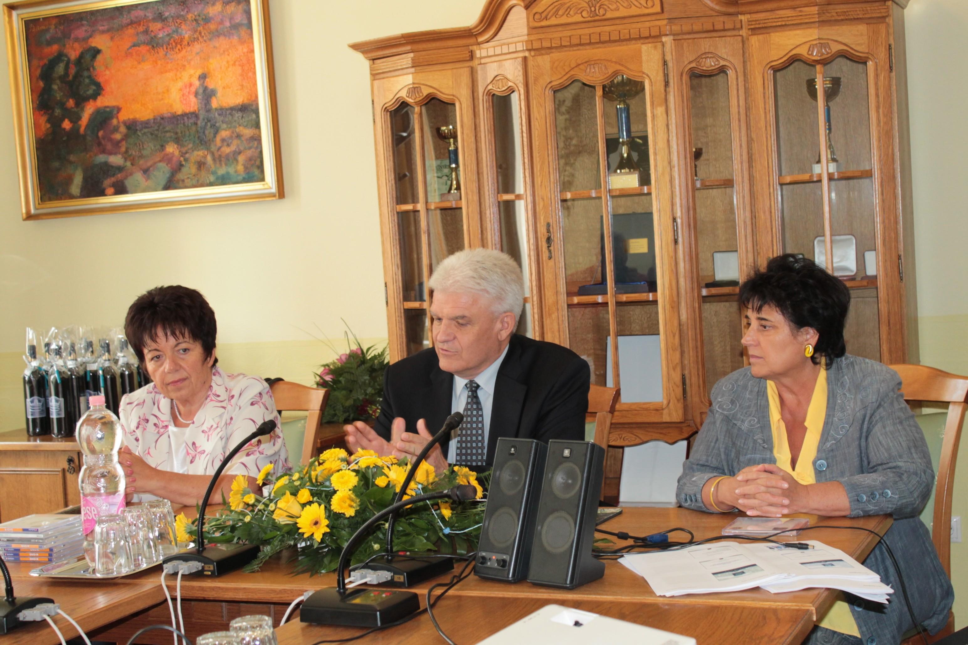 Dr. Kállai Mária kormánymegbízott, Szalay Ferenc Szolnok polgármester és Hegedűs Márta a  Homo Regius Tanácsadó Iroda ügyvezetője