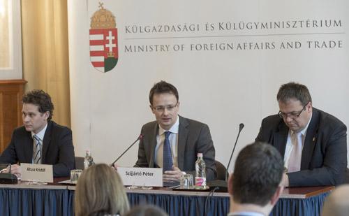 Szijjártó Péter Angela Merkelről és Vlagyimir Putyinról is egyeztetett a nagykövetekkel