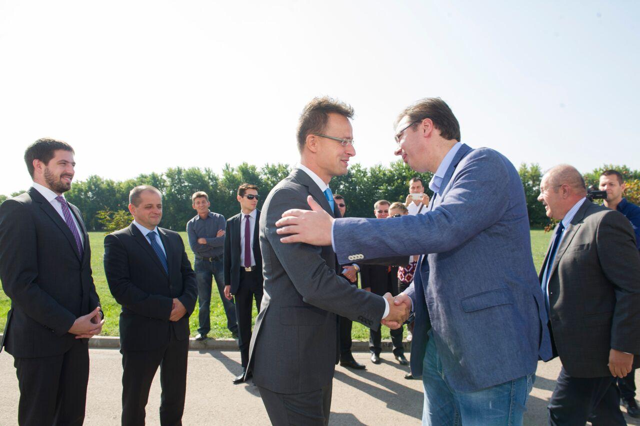 Szijjártó Péter külgazdasági és külügyminiszter a vajdasági Zentán Aleksandar Vucic szerb miniszterelnökkel