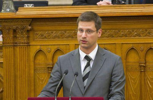 A kormány a terrorveszély miatt módosítaná az alaptörvényt