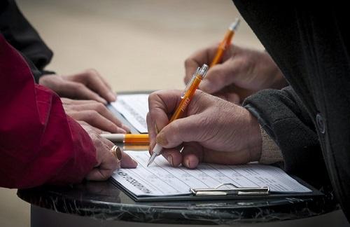 Bemutatta az MSZP a népszavazáshoz összegyűjtött aláírásokat