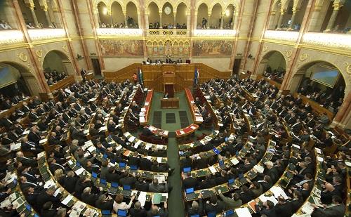 Ülést tart a parlament hétfőn