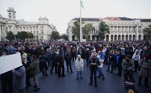 A Népszabadság mellett tüntettek a Kossuth téren