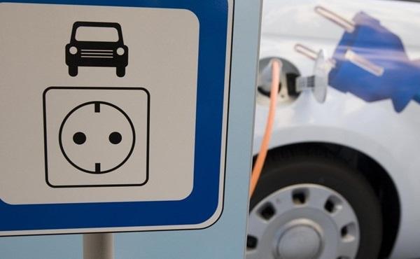 Átadták az első támogatott elektromos autót