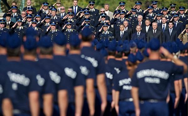 Tovább nő a rendőrök és a katonák bére