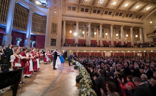 Közönség állva ünnepelte a művészeket