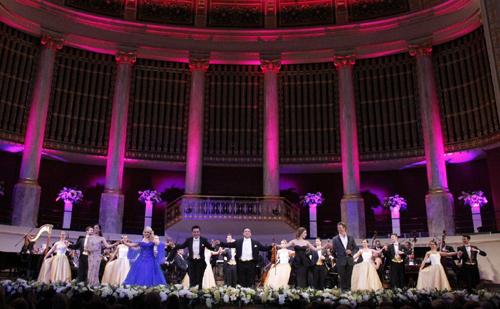 Hatalmas siker Mága Zoltán újévi gálaestjén Bécsben