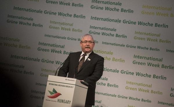 Fazekas Sándor, mezőgazdasági miniszter a berlini Zöld Hét megnyitó sajtótájékoztatóján