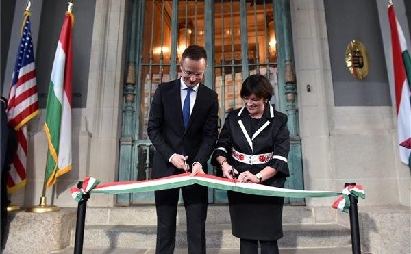 Szijjártó felavatta a washingtoni magyar nagykövetség új épületét