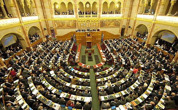 Az országgyűlés tovább szigoríthatja a határzárat, valamint államfőt választ