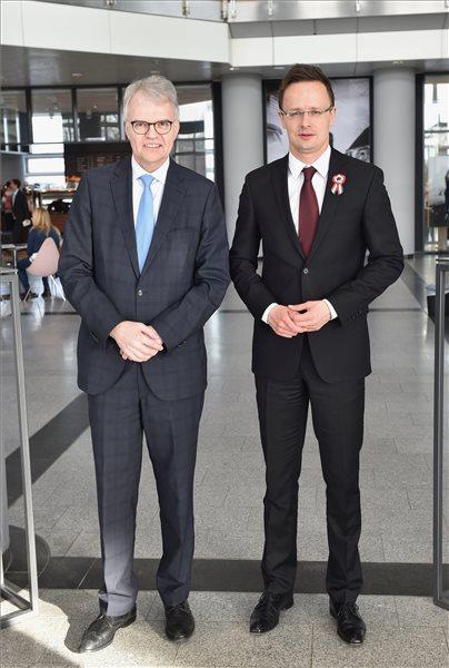 Szijjártó Péter külgazdasági és külügyminiszter és Ulrich Schumacher, az Adam Opel AG elnökségi szóvivője