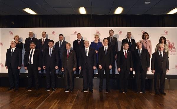 A visegrádi országok, valamint az Európai Unió úgynevezett Keleti Partnerségéhez tartozó hat, kelet-európai, illetve dél-kaukázusi állam külügyminiszterei a varsói találkozón