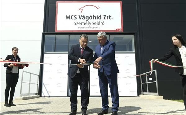Orbán Viktor miniszterelnök és Csányi Sándor, az OTP Bank elnök-vezérigazgatója, a Bonafarm csoport tulajdonosa adta át az MCS Vágóhíd Zrt. mohácsi üzemét