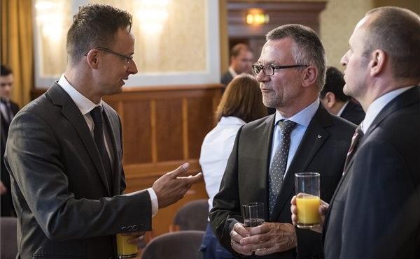 Szijjártó Péter külgazdasági és külügyminiszter, Michael Weber, a Viessmann üzleti támogató központjának vezetője és Beck Andor, a Viessman Csoport hazai leányvállalat ügyvezetője