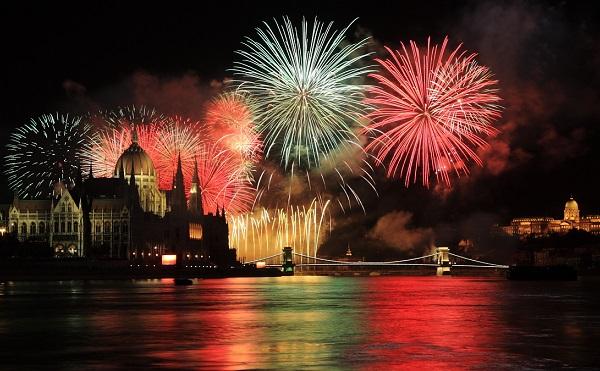 Látványos tűzijáték és színes programok 20-án