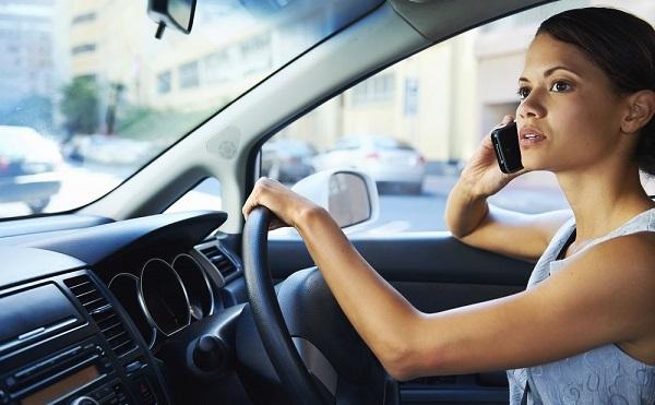 A szabályok szerint nem csak telefonálni nem szabad vezetés közben, ha nem kézbe venni is tilos