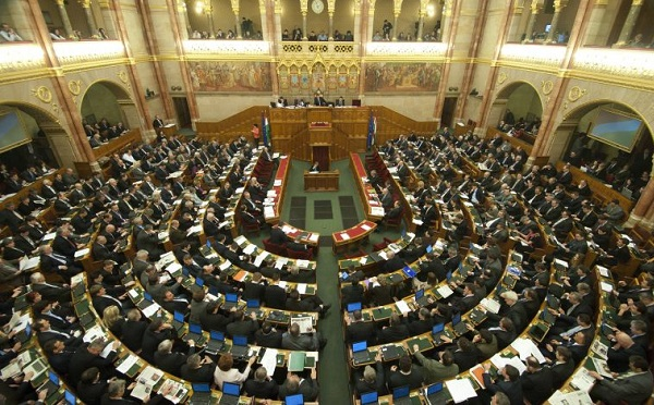 Elfogadta az országgyűlés a Stop Sorost és az alaptörvény-módosítást