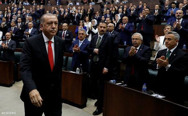 Beiktatták az újraválasztották a török elnököt