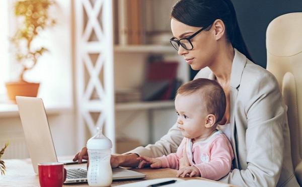 Pályázattal támogatják a kisgyermeket nevelők munkavállalását