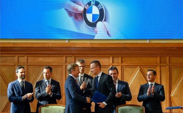 Aláírták a BMW debreceni beruházását támogató megállapodást Debrecenben