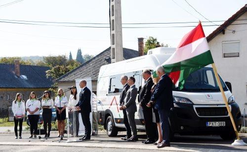 Átadták Veszprém megye első kormányablak buszát