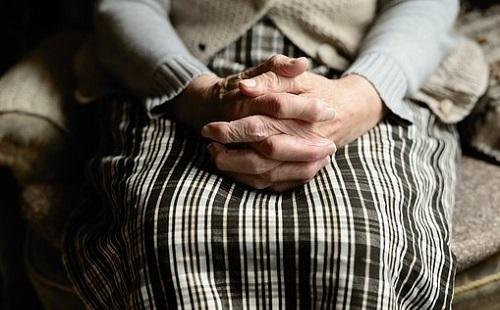 Idős nőt rabolt ki
