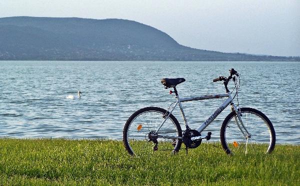 13 szakmai szervezet együttműködésében fejlesztik a balatoni kerékpáros turizmust