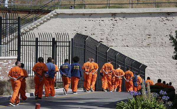 Az amerikai kormány fogva tarthatja a kitoloncolásra váró migránsokat