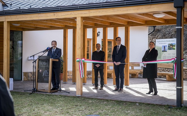 Kirándulóközpontot adtak át Pest megyében