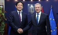 A japán miniszterelnök nemzetbiztonsági főtanácsadóját fogadta a honvédelmi miniszter