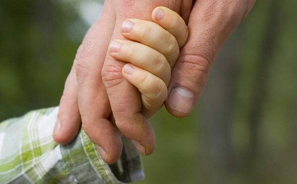 Bevezetik a nevelőszülői gyermekgondozási díjat