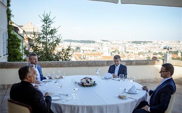 Orbán Viktor kormányfői V4-csúcson vesz részt Prágában