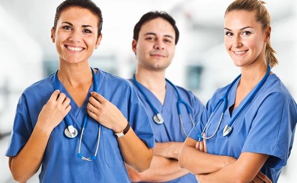 A napokban kapják kézhez emelt alapbérüket az egészségügyi szakdolgozók