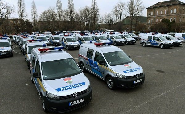 Új szolgálati mikrobuszokat kapott a rendőrség