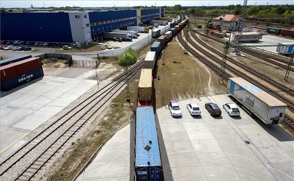 Megérkezett az első közvetlen kínai konténervonat Budapestre