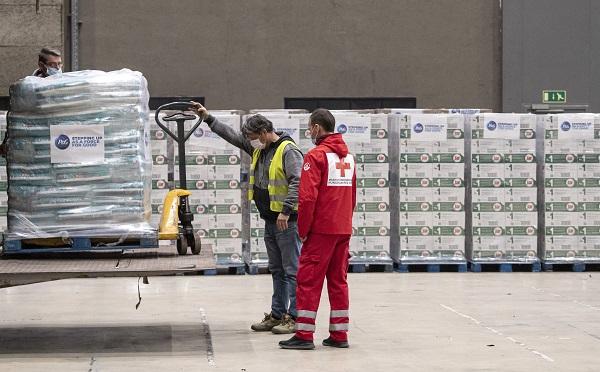 Huszonegy tonna adományt kapott a Magyar Vöröskereszt